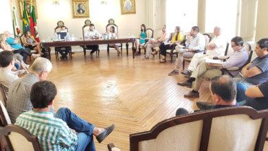 Photo of Em reunião, prefeito decide pela não reabertura do comércio